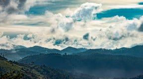 Schicht Hügel mit Wolken lizenzfreie abbildung