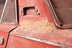 Schicht Kitt auf altem Auto lizenzfreies stockfoto