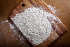 Schicht Mehl auf Schneidebrett Stockfoto