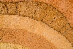 Schicht trockener Boden knackt natürliche Beschaffenheit und Hintergrund stockfotos