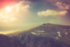 Schichten Berg und Dunst in den Tälern Fantastischer Abend, der durch Sonnenlicht glüht Lizenzfreies Stockbild