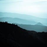 Schichten Berge während des schönen Sonnenuntergangs Stockfotografie