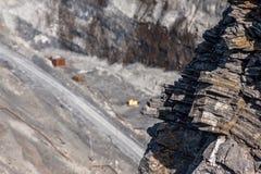 Schichten des Steins in der Grube lizenzfreies stockbild