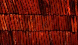 Schichten rote Terrakotta deckt Beschaffenheit mit Ziegeln stockbild