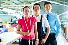Arbeitskraft, Manager und Designer in der chinesischen Fabrik Stockfoto