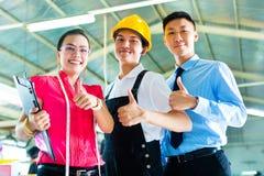 Arbeitskraft, Manager und Designer in der chinesischen Fabrik Lizenzfreies Stockfoto