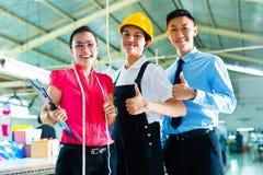 Arbeitskraft, Manager und Designer in der chinesischen Fabrik Lizenzfreie Stockfotografie