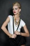 Schicke Mode-blondes Mädchen auf Schwarzem Lizenzfreie Stockfotografie
