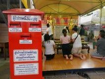 Schicken Sie Verdienst zum Liebhaber bei Phra Pathommachedi ein stupa in Thailand Stockfotos