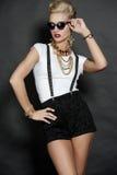 Schickes blondes Mode-Modell auf Schwarzem Lizenzfreie Stockfotos
