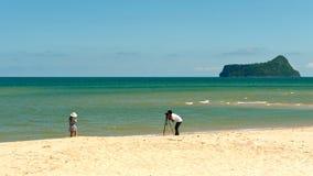 Schießen auf einem sonnigen tropischen Strand Stockbilder