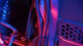 Schießen in der Bewegung, im PC in den nach innen, Drähten und in der roten Struktur des Computers stock video footage