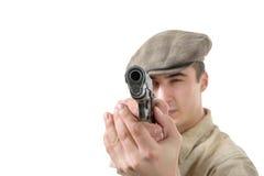 Schießen des jungen Mannes mit einem Gewehr, Weinlesekleidung, lokalisiert auf einem wh Stockbild
