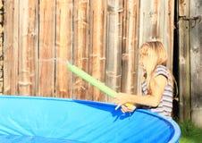 Schießen des kleinen Mädchens mit Wasserwerfer Lizenzfreies Stockbild