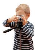 Schießen des recht kleinen Jungen mit Kamera stockfotografie