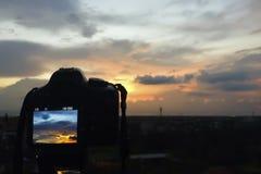 Schießen des schönen Sonnenuntergang-Himmels Fokus auf Kamera Lizenzfreie Stockfotos