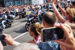 Schießen einer Handyparade oder anderen gesellschaftlichen Ereignisses lizenzfreie stockfotos