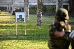 Schießen im Freien mit einer 9mm Pistole Lizenzfreie Stockbilder