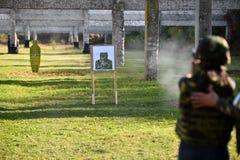 Schießen im Freien mit einer 9mm Pistole Stockbild