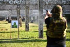 Schießen im Freien mit einer 9mm Pistole Stockfoto