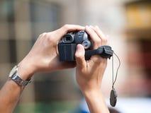 Schießen mit einer Kamera Lizenzfreies Stockbild