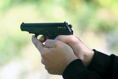 Schießen mit einer Pistole Lizenzfreie Stockfotografie