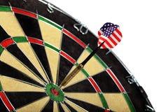 Schießen Sie mit der amerikanischen Flagge, die einen Zielvorstand schlägt Lizenzfreie Stockfotografie