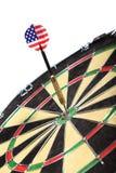 Schießen Sie mit der amerikanischen Flagge, die einen Zielvorstand schlägt Lizenzfreies Stockbild