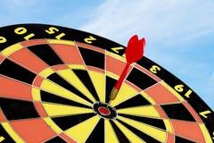 Schießen Sie Zielbrett, Zusammenfassung des Erfolgs mit blauem Himmel Stockbilder
