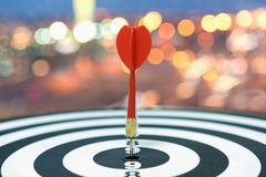 Schießen Sie Zielpfeil auf Bullauge über unscharfem bokeh Hintergrund Lizenzfreies Stockfoto