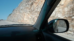 Schießen vom Salonauto fährt das Bewegen mit schneller Geschwindigkeit entlang Wicklung stock video footage