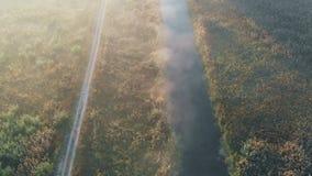 Schießen von der Luft, Fliegen über dem Fluss, mit dem die Straße in der Nähe überschreitet stock video footage