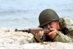 Schießender amerikanischer Soldat stockbilder