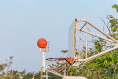 Schießender Basketball zum Rückenbrett lizenzfreie stockfotos
