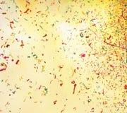 Schießender Grußrauch und bunter Confetti lizenzfreie stockfotos