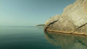 Schieben auf das Meer zwischen Felsen stock video footage