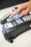 Schieben der Kreditkarte durch den Leser stockbild
