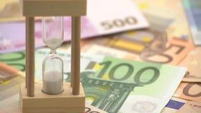 Schieben des Transportwagens 4K der Sandsanduhr mit Eurobanknoten von verschiedenen Werten stock video