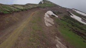 Schieben durch Weise zur Spitze des Berges im Sommer stock video