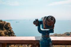 Schieben Sie ineinander und zum Meer in Japan schauen Stockbilder