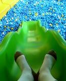 Schieben Sie zum Plastikballteich Stockbild