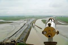 Schieben Sie Zuschauer und Ansicht von Mont Saint-Michel, Frankreich ineinander Lizenzfreies Stockfoto