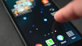 Schieben von Ikonen am Schirmhandy Samsung S4 stock footage