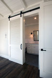 Schieben von Scheunentüren in Badezimmer lizenzfreie stockfotos