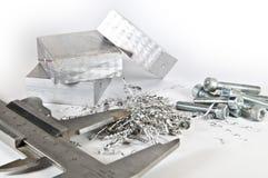 Schieber mit Aluminium, Ausschnitten und Schrauben Stockbild