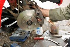 Schieber mit Bremsbelägen befestigte zu den neuen Scheibenbremsen. Stockfoto