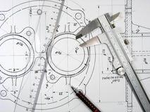 Schieber, Tabellierprogramm und Bleistift auf technischen Zeichnungen. Lizenzfreies Stockfoto