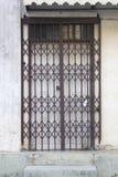 Schiebetür des alten Metallgitters an der alten Stadt Lizenzfreies Stockfoto