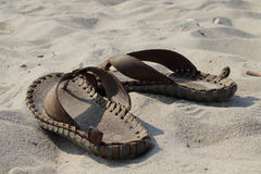 Schiefer auf dem Sand Stockbild
