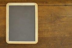Schiefer auf hölzernem Schreibtisch Stockfoto
